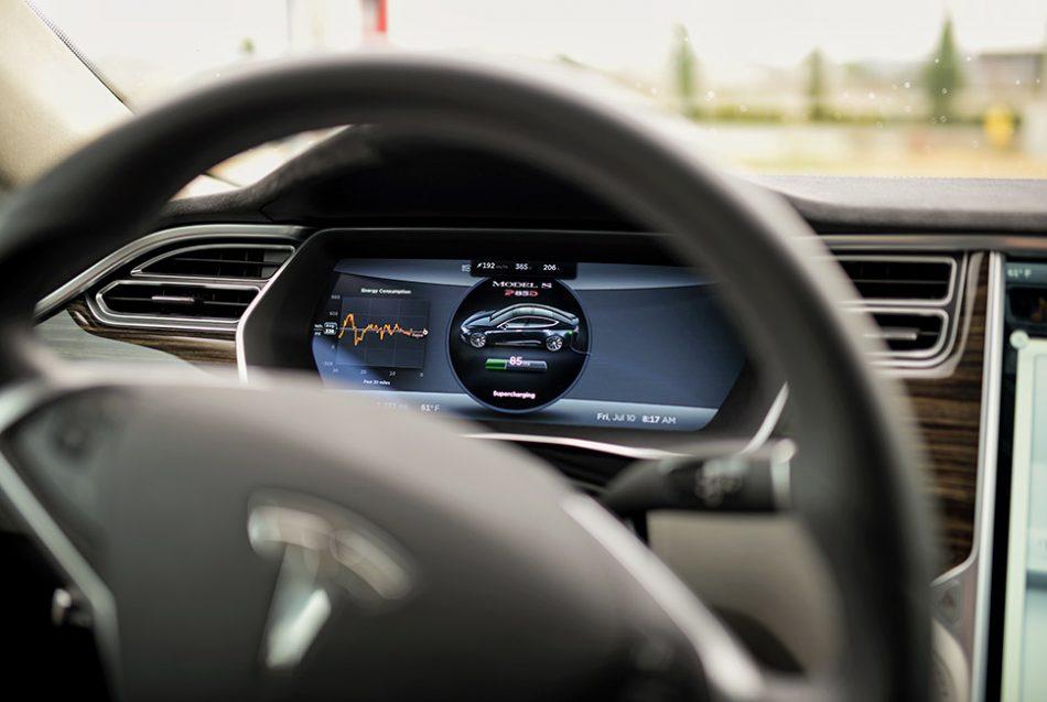 מה הקשר בין צריכת דלק ותיבת הילוכים ברכב?